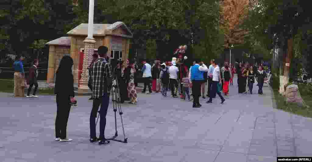 Фотографирование в 1-м Парке Ашхабада.