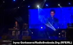 На сцене Мариупольского Драматического театра выступает 23-хлетний конкурсант из Тернопольской области Игорь Жураковский