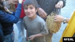 Таджикистан -- Душанбен урамехь якъийначу туьркех йина гараш юхкуш ву таджикийн кIант. Норак, 11Лах2009