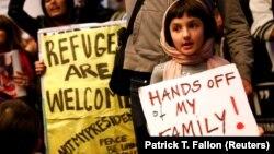 Участники протеста против распоряжения президента США Дональда Трампа, приостанавливающего въезд беженцев и граждан семи стран. Аэропорт Лос-Анджелеса, 29 января 2017 года.