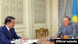 Қайрат Мәми (сол жақта) Қазақстан президенті Нұрсұлтан Назарбаевтың қабылдауында отыр. Астана, 2 маусым 2017 жыл.
