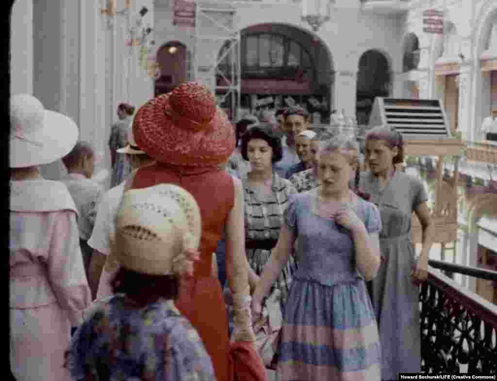 Советская женщина разглядывает платье. Приличное платье в то время стоило зарплаты за полмесяца. А одежду от Диора даже представить себе было невозможно.
