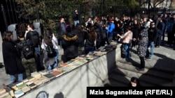 Студенты обещают защитить букинистов, если власти предпримут какие-либо меры по отношению к ним