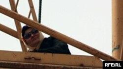 Дольщица Кульзайнат Абылова на башенном кране, требует возврата денег, вложенных в бизнес Кажимкана Масимова. Астана, 17 мая 2010 года.