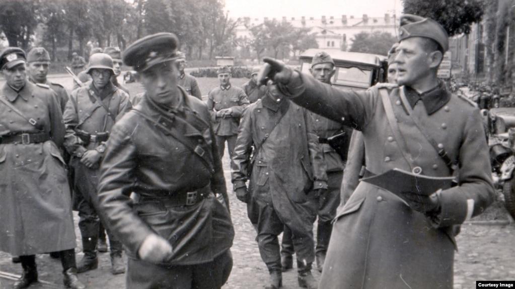 Савецкі афіцэр і падпалкоўнік вэрмахту Ганс Лемэль падчас перадачы Берасьцейскай крэпасьці войскам РККА. 22 верасьня 1939