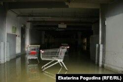 Затопленная парковка супермаркета
