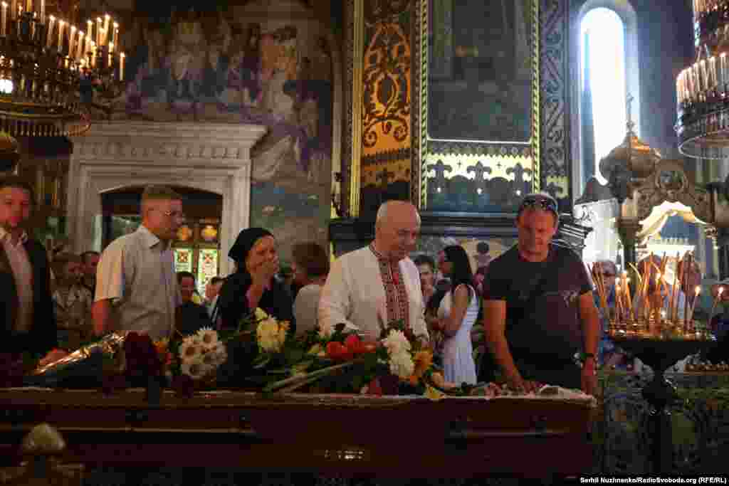 Драча тричі обирали народним депутатом України. В 2001 році був нагороджений орденом князя Ярослава Мудрого IV ступеня, а в 2006-му — отримав звання Герой України з врученням ордена Держави — за самовіддане служіння українському народові, втілене у поетичному слові та відстоюванні ідеалів свободи і демократії