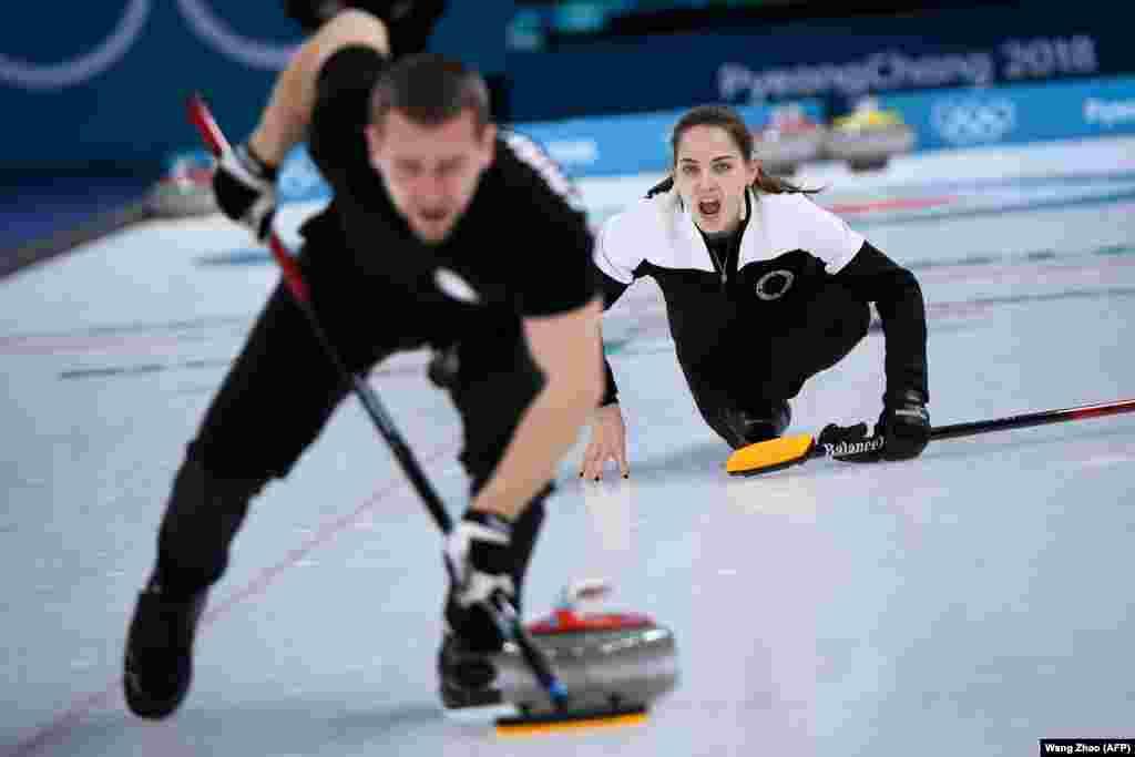 Керлінг: Росіянка Анастасія Бризгалова вигукує поради під час змішаних змагань з керлінгу за бронзову медаль.