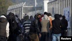 Refugiați și migranți la punctul de înregistrare de pe insula greacă Lesbos