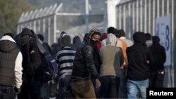 Архива - Мигранти пристигнуваат на пристаниште во Грција.