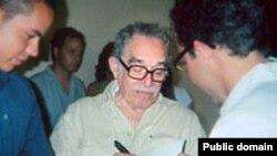 Габриэль Гарсиа Маркес надписывает кубинским школьникам экземпляры «Ста лет одиночества»