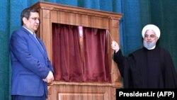 حسن روحانی (راست) رئیسجمهوری ایران و عبدالناصر همتی، رئیس سابق بانک مرکزی