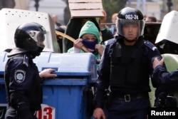 Прихильники єдності України ховаються від нападу сепаратистів, Одеса, 2 травня 2014 року