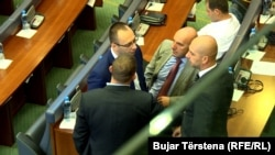 Disa nga deputetët e Listës Serbe gjatë një seance parlamentare.