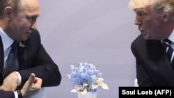 2017 жылы шілденің 7-сінде Германияда кездескен Ресей президенті Владимир Путин мен АҚШ президенті Дональд Трамп.