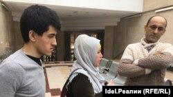 Мадаррис Мусоев (слева) с родителями в здании Верховного суда РТ