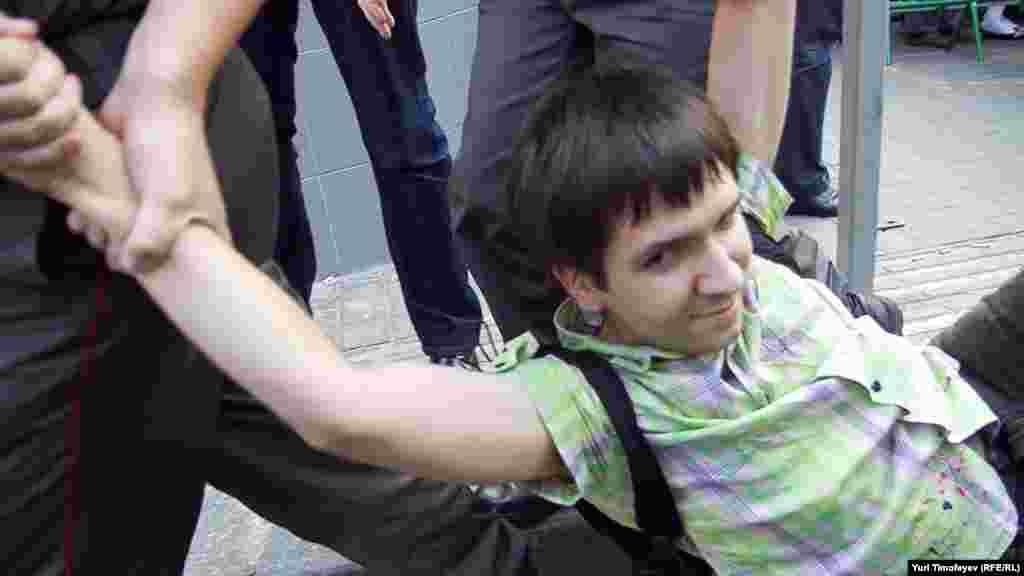 Задержание участника акции в защиту 31-й статьи Конституции РФ на Триумфальной площади в Москве