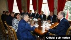 Президент Турции Реджеп Тайип Эрдоган на встрече с официальной делегацией Узбекистана во главе с вице-премьером Рустамом Азимовым. Стамбул, 27 февраля 2017 года.