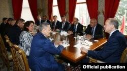 Рустам Азимов (сол жақта) Стамбулдағы Түркия президенті Тайып Ердоғанмен (оң жақта) келіссөзге Өзбекстан делегациясын бастап келіп отыр. 27 ақпан 2017 жыл.