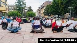 Oko 40 radnika iz Indije, koji su bili angažovani na izgradnji puteva u Srbiji, štrajkovali su ispred Osnovnog suda u Kraljevu 16. i 17. avgusta