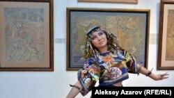 Во время открытия выставки работ Сергея Калмыкова «ожил» персонаж его картины «Скандал в кафе» (эта картина сзади слева). Алматы, 12 мая 2017 года.