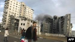 Дым над разбуранымі бомбамі ўрадавымі будынкамі ў горадзе Газа