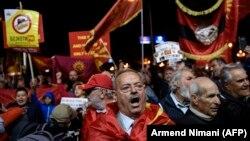 Прихильники бойкоту референдуму щодо зміни назви Македонії святкують перед парламентом у Скоп'є, 30 вересня 2018 року