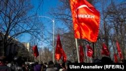 Сторонники Омурбека Текебаева собрались у здания ГКНБ после его ареста. Бишкек, 26 февраля 2017 года.
