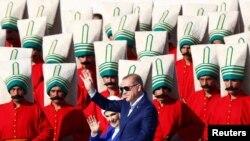 Президент Турции Реджеп Тайип Эрдоган с супругой на церемонии в честь годовщины взятия Стамбула Османской империей, май 2016 года. Иллюстративное фото.