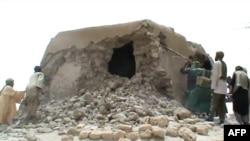 Исламисты разрушают древний мавзолей в городе Тимбукту. 1 июля 2012 года.