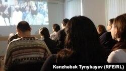 Саяси тұтқындарды қорғау қоғамдық комитеті «Диктатор» фильмінің көрсетілімін ұйымдастырды. Алматы, 1 желтоқсан 2012 ж.