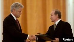 Bil Klinton i Vladimir Putin prilikom potpisivanja sporazuma 2000.