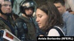 Olga Misik čita ruski Ustav ispred policije za razbijanje nereda na protestu u Moskvi u julu 2019.