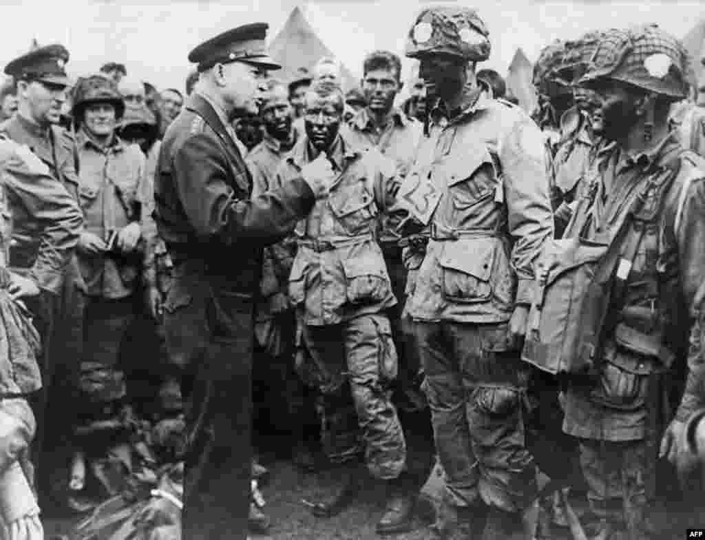 Верховний головнокомандувач експедиційними силами генерал Дуайт Ейзенхауер, в майбутньому президент США, дає розпорядження десантникам перед штурмом