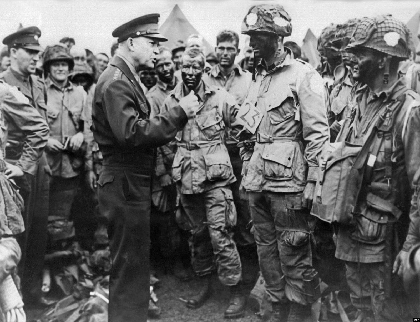 Генерал Дуайт Эйзенхауэр, верховный главнокомандующий Союзными экспедиционными силами в Европе и будущий президент США, общается с парашютистами