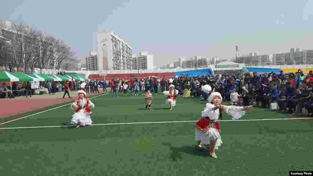 Иш-чарада кыргыз ыр-күүлөрү жаңырып, ар-кандай оюн-зооктор уюштурулду.