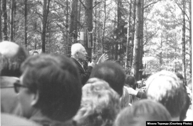 Павел Прудников выступает на митинге в Куропатах, 19 июня 1988 г.