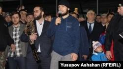 Чемпиона смешанных единоборств по версии UFC Хабиба Нурмагомедова встретили в Дагестане