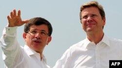 Архивска фотографија: Министрите за надворешни работи на Турција и на Германија, Ахмет Давутоглу и Гидо Вестервеле.