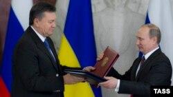 Schimb de documente la finalul unei reuniuni a comisiei interstatale care avea loc pe fundalul protestelor izbucnite în Piața Independenței (Maidan Nezalejnosti) din Kiev. 17 decembrie 2013