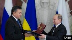 Украина президенті Виктор Янукович (сол жақта) Ресей президенті Владимир Путинмен кездесуде. Мәскеу, 17 желтоқсан 2013 жыл.