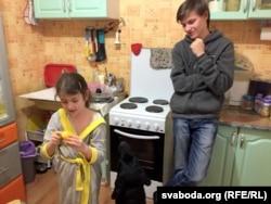 Сяргей і Сафія ідуць на кухню, калі да Эліны прыходзіць лекар