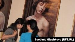 Бойжеткендер сурет көрмесінде жүр. Астана, 14 мамыр 2012 жыл. (Көрнекі сурет)