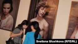 Девушки смотрят на фотографии Эрвина Олафа из серии портретов «Осень». Астана, 14 мая 2012 года.