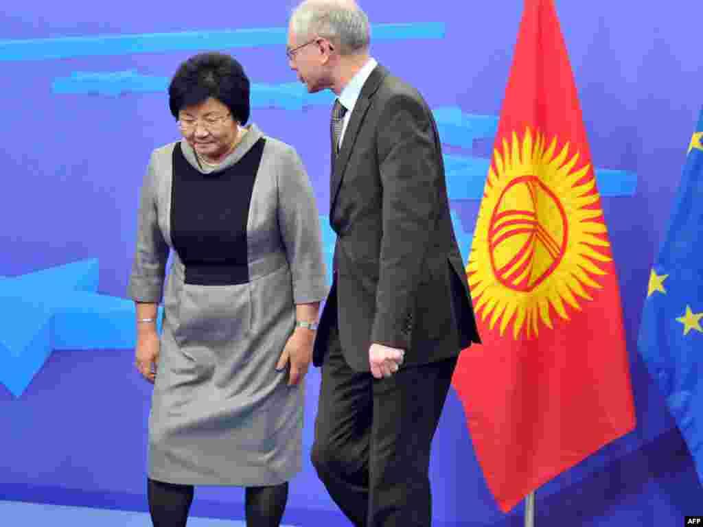 Роза Отунбаева и глава ЕС Херман ван Ромпей на саммите в Бельгии, март, 2011.