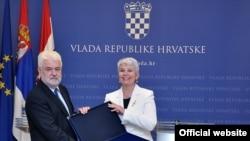 Jadranka Kosor predaje disk sa Acquis communitaire Mirku Cvetkoviću