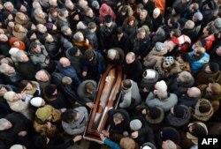 در شهر لووف، هزاران نفر در مراسم خاکسپاری یوری وربیتسکی، از معترضانی که در اول بهمن ناپدید شد و بدن بیجانش دوم بهمن پیدا شد، شرکت کردهاند.