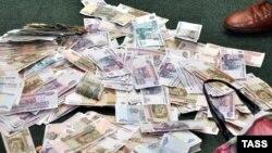 Рубль станоавится дороже. И инфляционнее