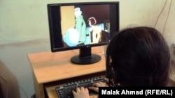 Девочка за компьютерной игрой. Иллюстративное фото.