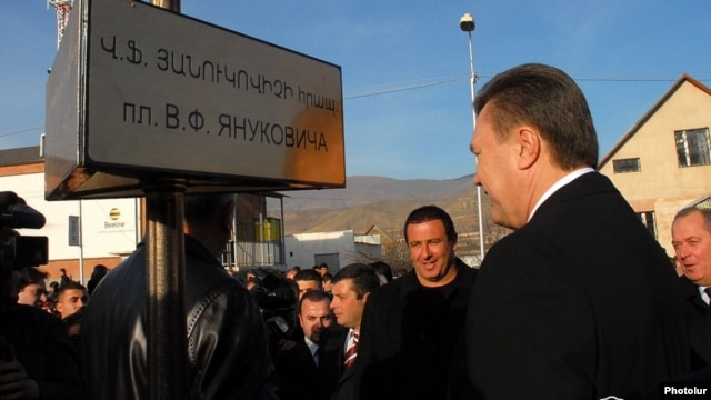 Armenia - Ukraine's Viktor Yanukovich (R) unveils a plaque in a square in the town of Spitak named after him, 5Dec2008.